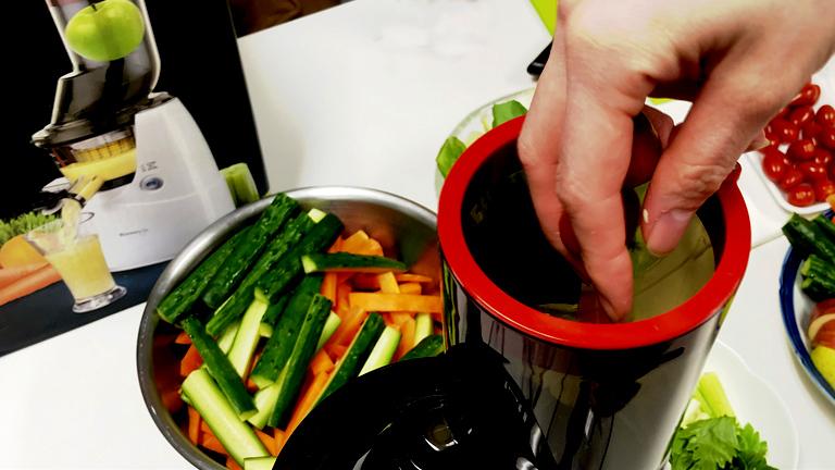 低速ジューサーに野菜を投入